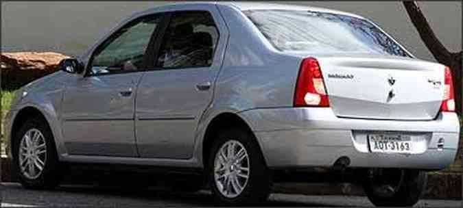 Pára-choque é na cor da carroceria, lanternas lembra as do Clio Sedan e a roda de liga vem como opcional na versão topo de linha