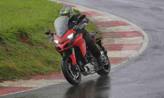 A tocada fica facilitada e as retomadas e saídas de curvas bem prazerosas, com a tradicional esportividade da marca(foto: Mario Villaescusa/Ducati/Divulgação)