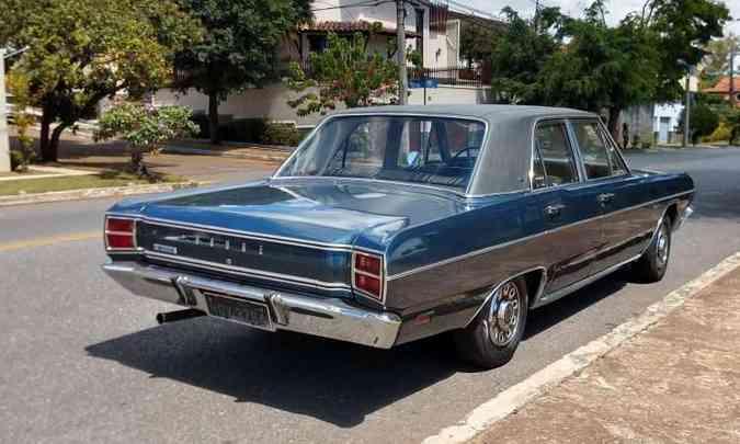 O jornalista Alexandre Carneiro tirou seu Dodge Dart 1970 da garagem para curtir os 360 quilômetros de estrada até Araxá(foto: Pedro Cerqueira/EM/D.A Press)