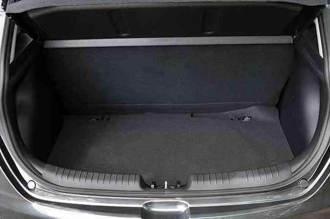 Porta-malas horizontalizado do HB20 é mais fácil de arrumar(foto: Juarez Rodrigues/EM/D.A Press)