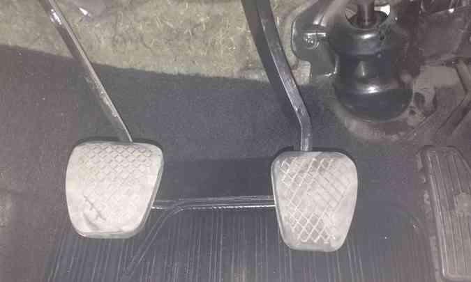 Borracha dos pedais desgastada revela a idade do carro e o descuido do dono(foto: Confiar/Divulgação)