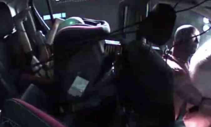 Durante o impacto, pernas do dummie foram jogadas com violência contra a cabeça(foto: Latin NCAP/Reprodução)