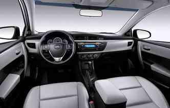 Versão GLi Upper traz acabamento em couro cinza(foto: Toyota/Divulgação)