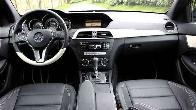 Volante tem boa pega e acabamento interno mantém padrão Mercedes
