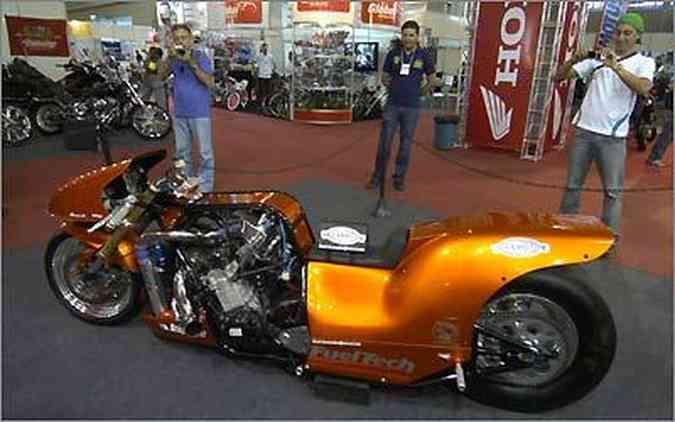 Todo mundo quer bater uma foto desta moto Dragster de 450 cv feita em Minas Gerais(foto: Fotos: Teo Mascanheras/EM/D.A. Press)