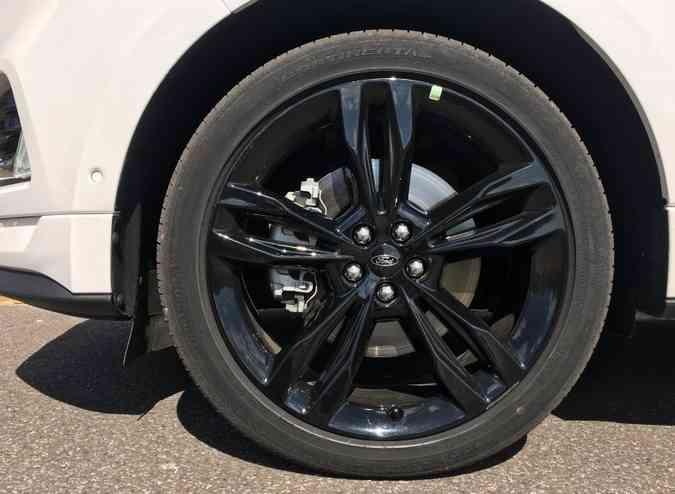 As rodas de liga leve de 21 polegadas são calçadas com pneus de perfil baixo(foto: Jorge Lopes/EM/D.A Press)