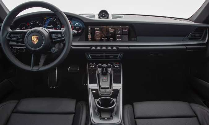 O interior tem acabamento refinado e sistema multimídia com tela tátil de 10,9 polegadas(foto: Porsche/Divulgação)