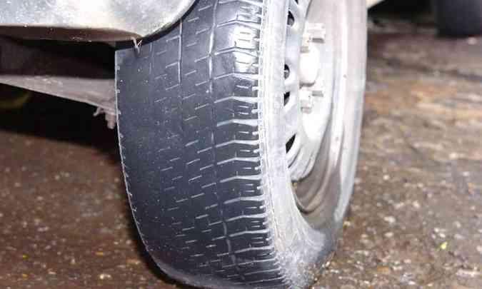 Pneus carecas revelam o descuido do proprietário do carro e comprometem a segurança(foto: Jair Amaral/EM/D.A Press)