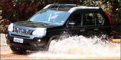 X-Trail encara travessia de riachos com tração 4x4 acionada - Fotos: Marlos Ney Vidal/EM/D.A Press - 5/3/09