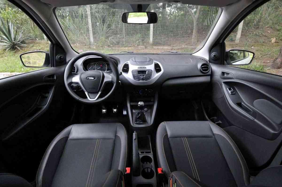 Interior é bem simples, com muito plástico e bancos que combinam tecido e couro - Juarez Rodrigues/EM/D.A Press