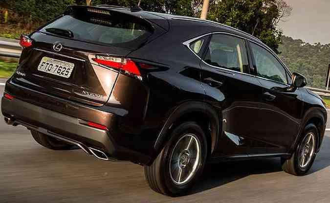 Atrás, lanternas em alto relevo e duplo escape, que revela a vocação esportiva do SUV(foto: Lexus/Diuvlgação)