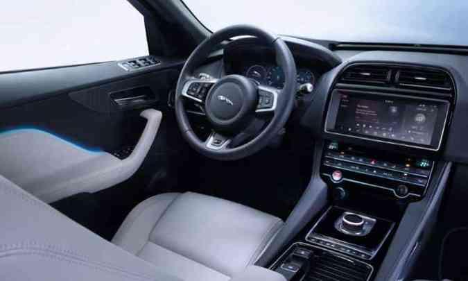 O interior é luxuoso, com painel digital, tela multimídia de 12 polegadas e head-up display a laser(foto: Jaguar/Divulgação)
