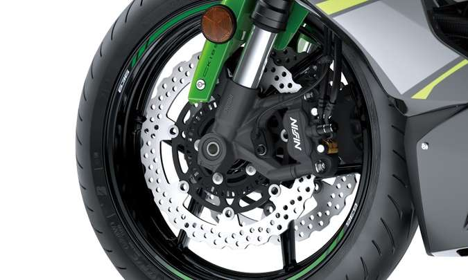 Os freios têm discos margarida e sistema ABS(foto: Gustavo Epifânio/Kawasaki/Divulgação)