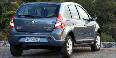 Linhas da traseira agradam bastante com lanternas bem dimensionadas e pára-choque na cor do carro -