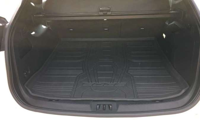 O porta-malas tem a impressionante capacidade de 602 litros, além de piso emborrachado(foto: Jorge Lopes/EM/D.A Press)