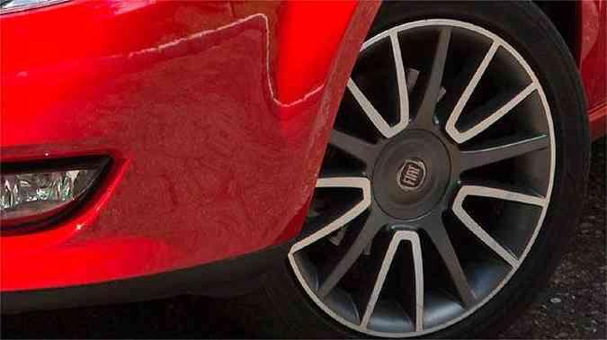 Rodas de 17' do Bravo Sporting mesclam duas cores e são calçadas com pneus 215/45 R17(foto: Thiago Ventura/EM/D.A PRESS)