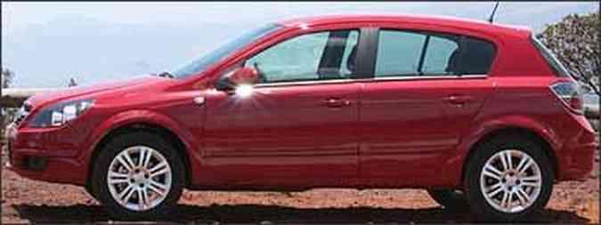 Hatchback tem rodas de liga leve aro 16 polegadas e faróis e lanternas que invadem as laterais, com desenhos triangulares