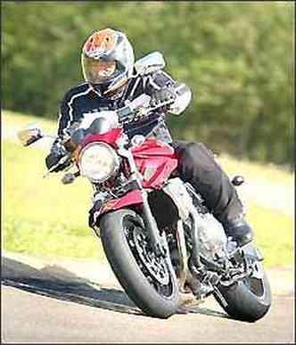 Grande farol redondo tem o estilo das motos das décadas de 1960 e 1970(foto: Mário Villaescusa/Suzuki/Divulgação)