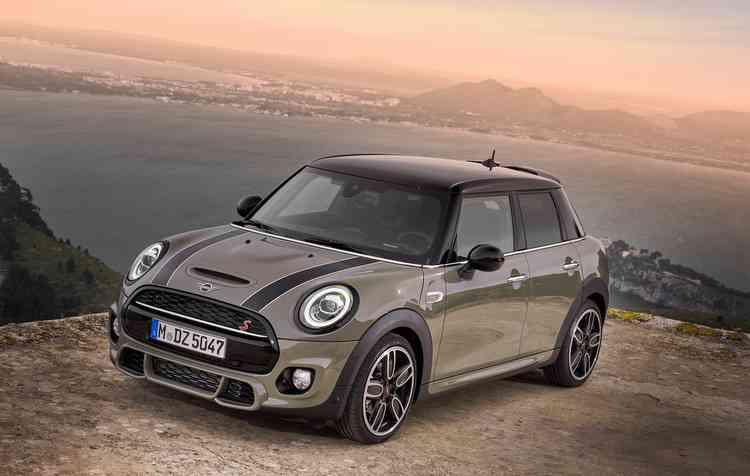 O Mini 4 portas será exibido em uma cor cinza esverdeada. Foto: Mini / Divulgação -