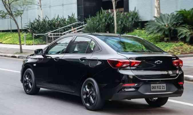 O traje esporte fino do sedã compacto inclui rodas de liga leve escurecidas de 16 polegadas(foto: Chevrolet/Divulgação)