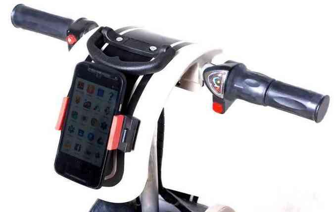 No lugar do painel, Rolé utiliza smartphone; com ajuda de aplicativos é possível calcular velocidade, rotas e ouvir música(foto: Alcoa/Divulgação)