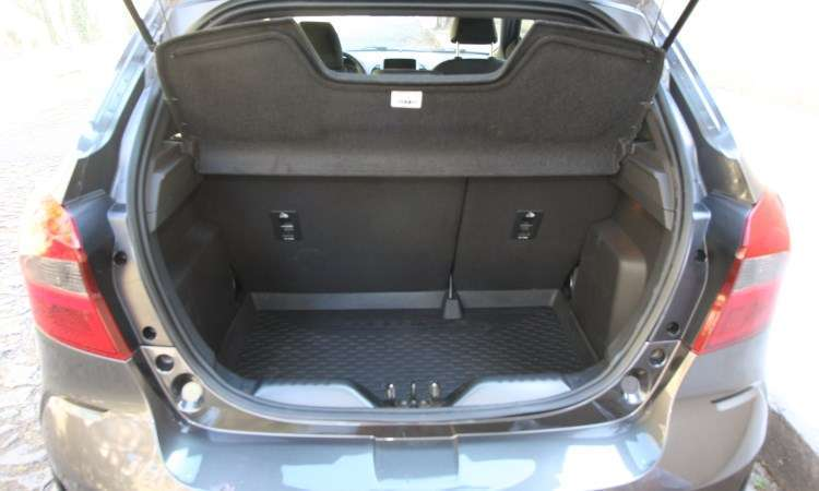 Porta-malas é pequeno, com volume de 257 litros, mas condizente com o tamanho do veículo - Edésio Ferreira/EM/D.A Press