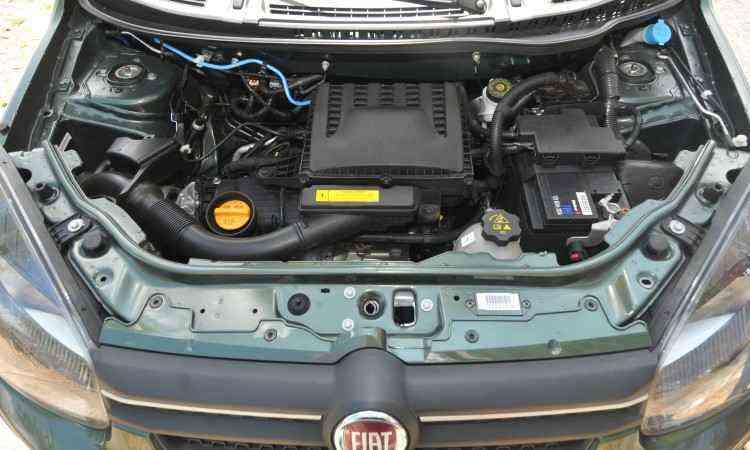 O motor quatro-cilindros 1.3 deu  mais agilidade ao compacto na cidade e na estrada - Jair Amaral/EM/D.A Press
