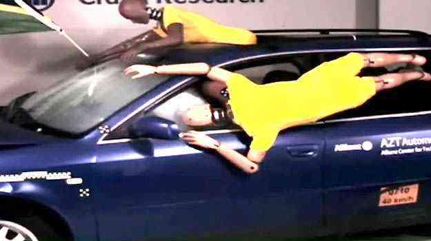 No crash test da Allianz para a Copa de 2010, um dummy está com meio corpo para fora do vão do teto solar e o outro da janela. Depois do choque, um é arremessado no chão e outro bate a cabeça no para-brisa - Allianz/Divulgação