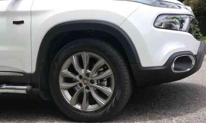 As rodas de liga leve de 18 polegadas são calçadas com pneus na medida 225/60(foto: Adriano Sant'Ana/EM/D. A Press)