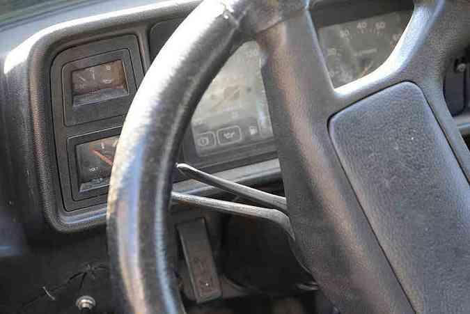 Painel tem manômetro de óleo e voltímetro. Esse volante não é original(foto: Thiago Ventura/EM/D.A Press)