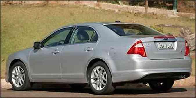 Ford Fusion tem traseira mais alta e lanternas triangulares