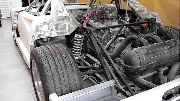 Detalhes do motor e suspensão com o veículo ainda na fibra -