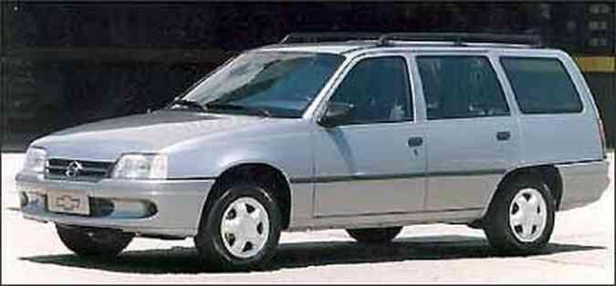 Em 1993 a perua passou a ter quatro portas e opção de injeção monoponto