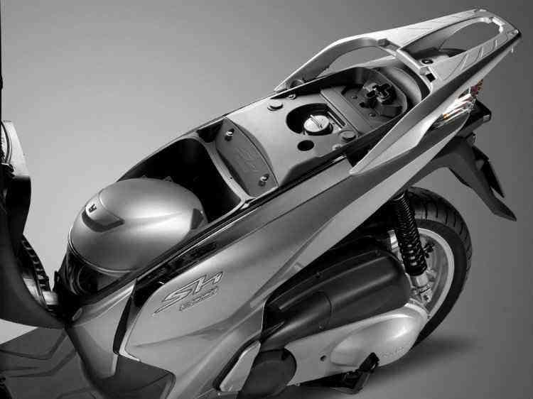 O porta-malas embaixo do banco comporta um capacete fechado - Honda / Divulgação