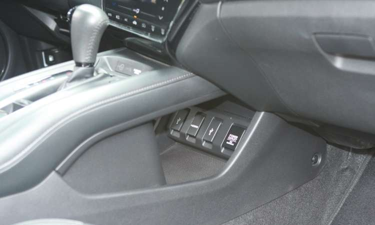 Entradas USB, HDMI e tomada de energia estão ergonomicamente mal posicionadas no console - Edésio Ferreira/EM/D.A Press