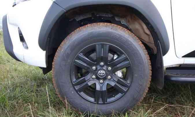 Versão traz rodas de 17 polegadas pintadas de preto(foto: Edésio Ferreira/EM/D.A Press)