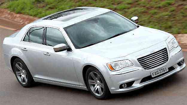 Depois da recente reestilização, Chrysler 300C abandona as linhas pesadas, mas sem abrir mão da personalidade - Fotos: Marlos Ney Vidal/EM/D.A PRESS