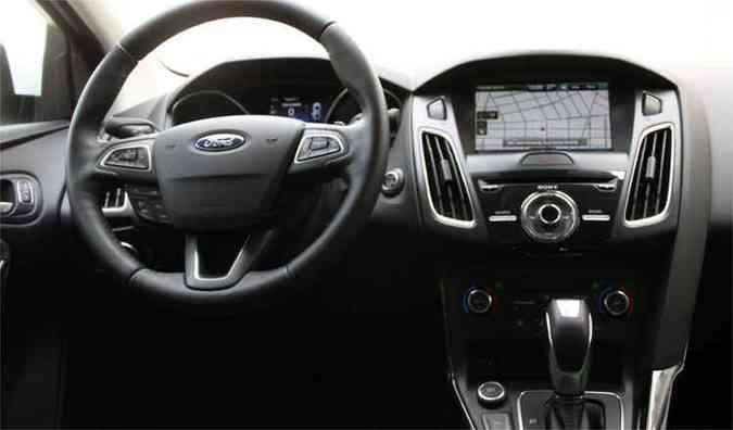 Comandos ao alcance das mãos e excesso de funções no volante(foto: Marlos Ney Vidal / EM / D.A Press)