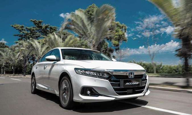O novo Honda Accord traz algumas mudanças no visual e a versão híbrida é identificada pelo H azul na frente(foto: Honda/Divulgação)