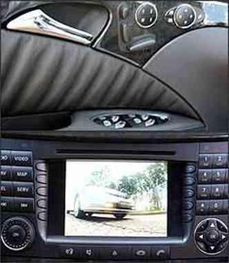 Porta tem controles de banco, retrovisores e vidros. No centro do painel, tela do DVD Player