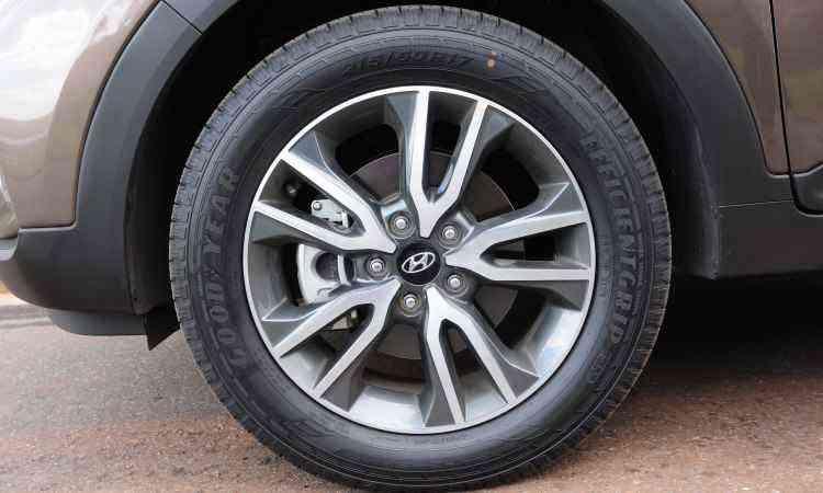 As rodas são de liga leve, de 17 polegadas, calçadas com pneus na medida 215/60 R17 - Gladyston Rodrigues/EM/D.A Press
