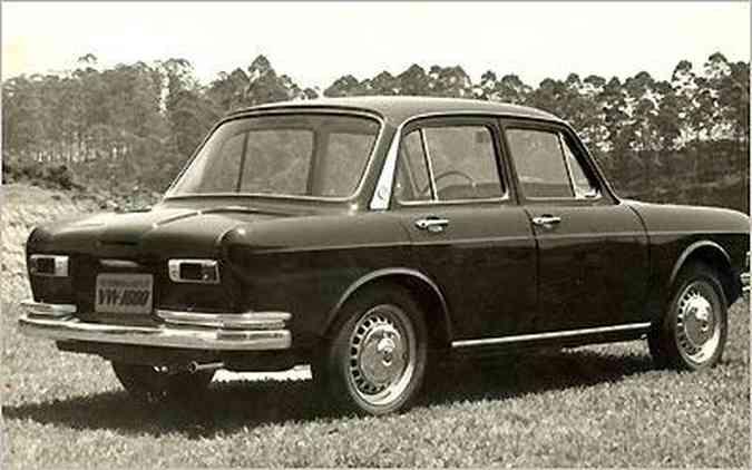 O VW 1.600 era um sedã com três volumes bem definidos; modelo 1969 tinha faróis retangulares