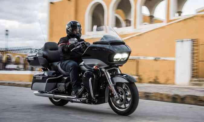 A Road Glide Ultra conjuga nariz de tubarão, conjunto de malas e som(foto: Harley-Davidson/Divulgação)