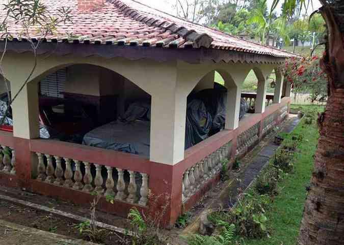 Nove veículos foram preservados na varanda da casa de hóspedes da chácara(foto: Júlio Raridades/Divulgação)