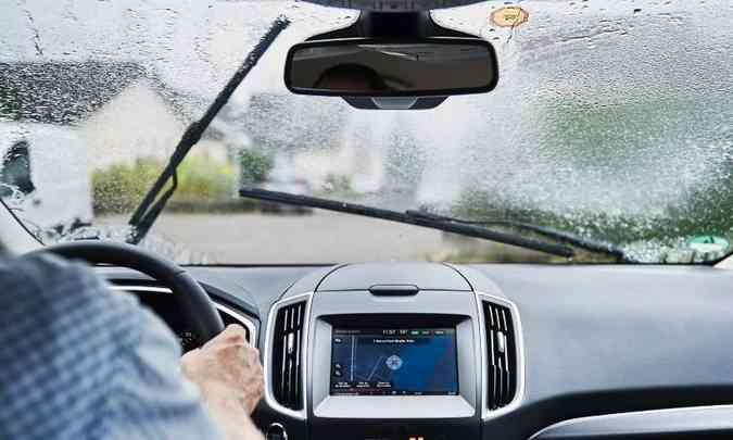 A borracha das palhetas deve estar em boas condições para remover a água do vidro(foto: Ford/Divulgação)
