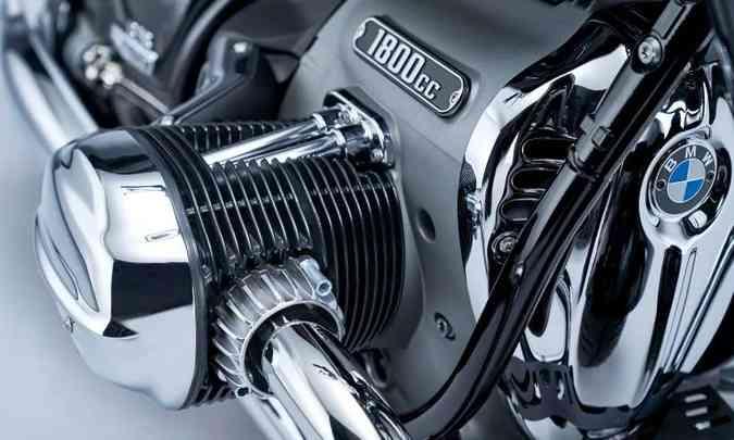 Para transmitir a força, um eixo cardã propositalmente exposto, como na R5 (foto: BMW/Divulgação)