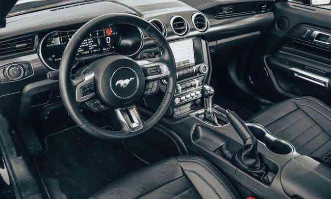 O motorista se sente em um verdadeiro cockpit, com bancos e volante esportivos, e todos os comandos à mão(foto: Jorge Lopes/EM/D.A Press)