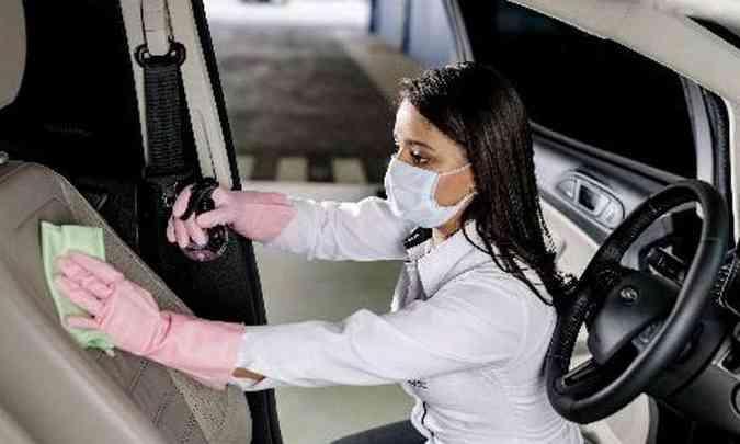 Até os bancos são submetidos ao processo de desinfecção, para destruir o vírus(foto: Ford/Divulgação)
