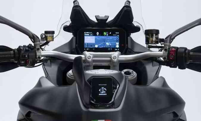 Painel tem tela em TFT de 6,5 polegadas e pode espelhar o celular via Bluetooth(foto: Fotos: Ducati/Divulgação)