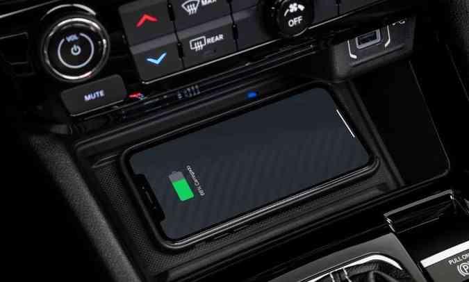 O modelo ganhou o sistema de carregamento do celular por indução, sem necessidade de cabos(foto: Jeep/Divulgação)